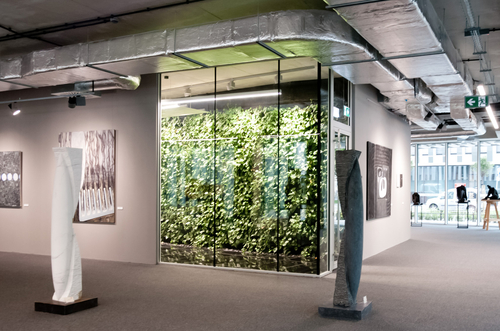 Szucha Corner – moderní kancelářský objekt ve Varšavě; sklo POLFLAM BR s požární odolností třídy EI 30 a 60 bylo použito mimo jiné v bezrámových vnitřních stěnách, které umožnily prosvětlení chodeb na jednotlivých poschodích.