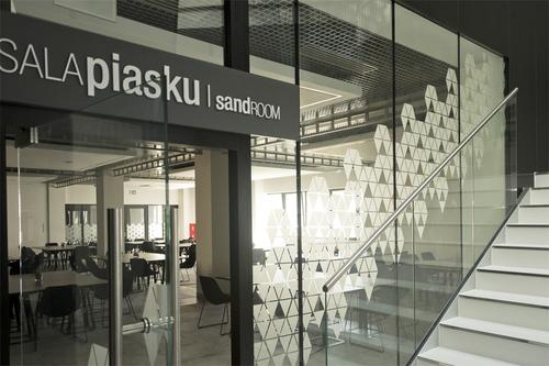 Garden City – komplex moderních restaurací v pavilonu Mezinárodních poznaňských trhů; sklo POLFLAM BR s požární odolností třídy EI 30 bylo použito v bezrámových stěnách oddělujících restaurační sály od prostoru haly.