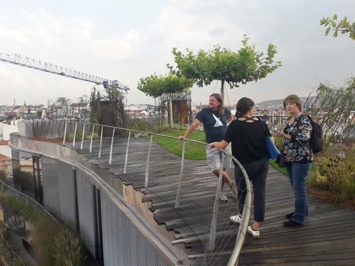 Střešní terasy poskytují netradiční výhled na pražské panorama.