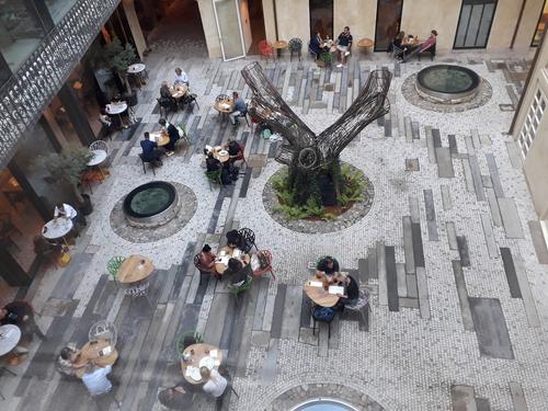 Kavárenské posezení ve vnitrobloku.
