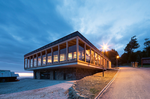 Nová horní stanice lanovky je navržena jako dřevostavba na kamenné podnoži, její součástí jsou kromě restaurace skuchyní také pokladny, obchod se suvenýry, půjčovna lyžařského vybavení akoloběžek atoalety.