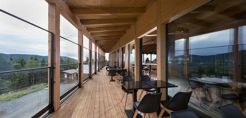 Restaurace je směrem na jih doplněna balkonem, jehož výsuvné zábradlí chrání prostor před větrem.