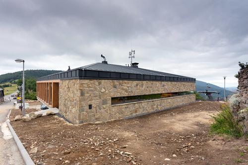 Mírná valbová střecha je viditelná pouze při pohledu shora.