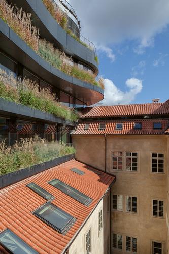Základním principem celku je srůstání starého anového; významným městotvorným prvkem je pasáž aveřejně přístupný dvůr, který by měl být vbudoucnu propojen se sousední školou UMPRUM.