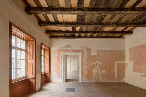Barokní palác byl očištěn od dostaveb anánosů; odkryty byly hodnotné gotické sklepy, klenby, zdivo kamenné acihelné, polychromované trámové stropy imalby na stěnách.