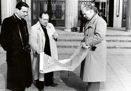 Skupina architektů diskutuje nad plány nového Berlína, kolem roku 1947; foto: archiv Karla Kroupy.