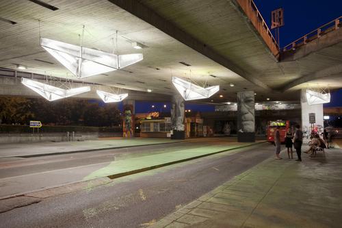 """Prelet je v poradí druhou intervenciou VSA v lokalite obratiska autobusov pod Mostom SNP; dva roky po vymaľovaní """"zeleného koberca"""" si architekti na priestor pod mostom posvietili opäť, tentokrát doslovne; foto: VSA."""