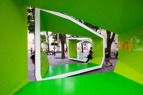 BA_LIK pavilón z roku 2009 je zostavený z piatich elementov na kolieskach, ktoré môžu byť spájané a posúvané, takže vytvoria zatvorený a kompaktný alebo voľne otvorený objekt pre konaní kultúrnych akcií; foto: VSA.