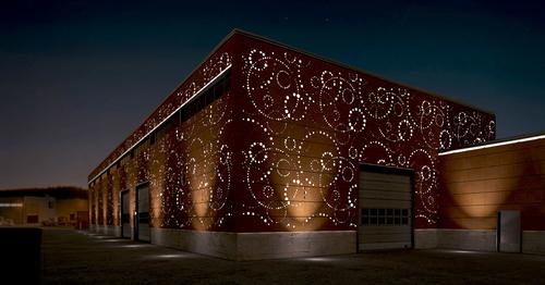 Přírodní ocelový materiál Cor-Ten je jedinečným typem fasády, která zraje společně se stavbou. Při správném použití nabízí expresivní, dlouhodobý a bezúdržbový povrch.