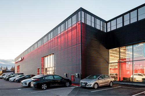 Použití perforovaných ocelových profilů vtiskne budově neobyčejný vzhled. S délkou 130 metrů je opláštění na finském automobilovém showroomu nejdelší fasádou s LED osvětlením ve Finsku.
