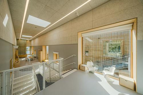 Interiér je řešen jako spojitý prostor, který je velkými okny vizuálně propojen sexteriérem; vespodní části se nachází lůžková část, opatro výš je herna anejvýše učebna.