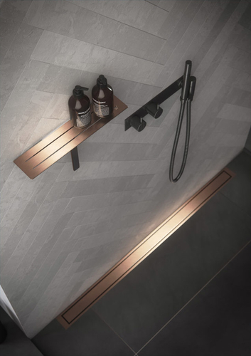 HighLine Colour v provedení mosaz v kombinaci s poličkou řady ReFrame a se sprchovou baterií VOLA.