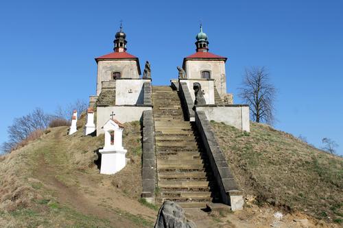 Kalvárie Ostré po obnově křížové cesty apřed obnovou vrcholových kaplí; foto: Filip Landa.