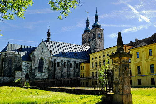 Opatský kostel Zvěstování Páně vTeplé ukrývá relikviář blahoslaveného Hroznaty, zakladatele kláštera apatrona plzeňské diecéze; foto: Lubor Ferenc, Wikimedia Commons.