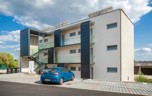 Bytový dům Barvy, vítěz soutěže Realitní projekt roku 2018, těží z funkčního minimalismu a vysoké kvality materiálů.