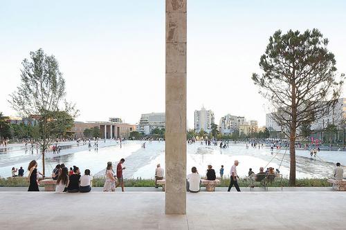 51N4E: Skanderbegovo náměstí v Tiraně; zdroj: KRUH.