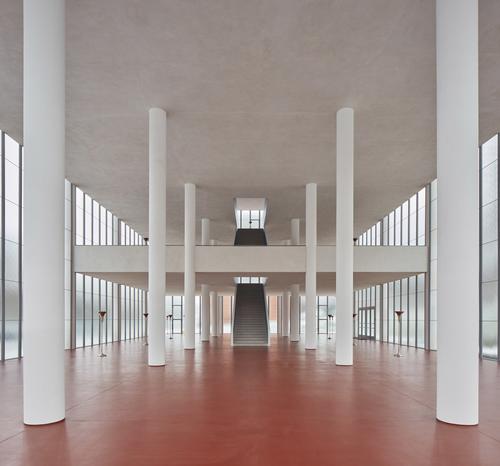 Vnitřní prostor je koncipován jako otevřené trojlodí sproměnlivou výškou aje vyplněnpouze rozptýleným světlem, čímž se přibližuje sakrálním stavbám.