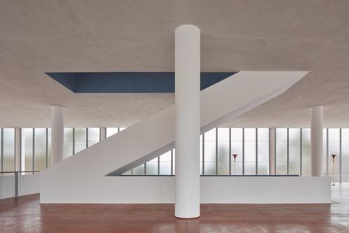 Přímé schodiště bylo obnoveno podle původních Gahurových plánů analezených fragmentů; do budovy se vrátila též původní barevnost– červená podlaha, bílé sloupy astropy amodré zábradlí schodiště.