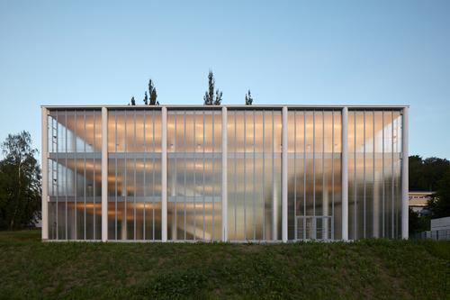 Idea Památníku Tomáše Bati je na první pohled jednoduchá – prázdný hranol složený zněkolika modulů zlínského skeletu orozměrech 6,15×6,15m aopláštěný katedrálním sklem.