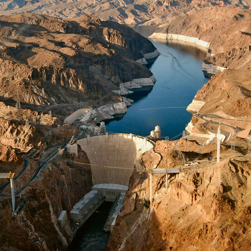 Hooverova přehrada na řece Colorado na hranicích Arizony aNevady byla budována vletech 1931–1935 vdobě velké hospodářské krize a dodnes je považována za technický zázrak ajeden ze symbolů Spojených států; zdroj: britannica.com.