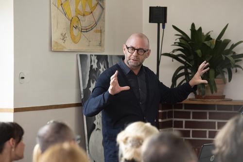 Šéf designu skupiny Hager Erwin van Handenhoven během své přednášky o vývoji vzhledu vypínačů berker.