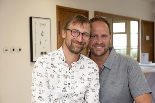 Spolumajitel vily pan David Cysař (vlevo) a generální ředitel Hager Electro v České republice pan Thomas Grund (vpravo).
