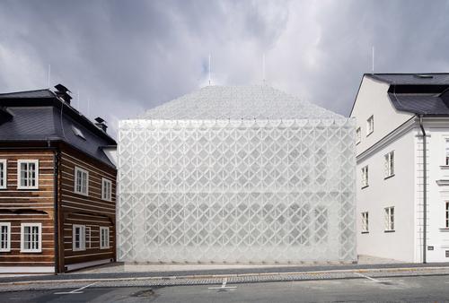 Skleněný dům orientovaný do ulice Palackého je ukázkou spojení tradičního materiálu smoderním designem atechnologií asymbolizuje návrat sebevědomého sklářství do regionu.