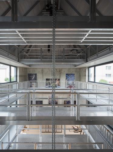 Černý dům skrývá 13m vysoký prostor sjeřábovou dráhou, otevřený dokrovu; stavba může být vbudoucnu doplněna opodlahy apřestavěna na kanceláře.