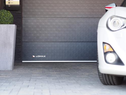 Barevnost sekčních garážových vrat LOMAX vychází z populárních variant, zde antracit.