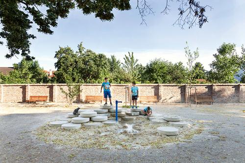 Vnitřní plochu parku obohatily ready-made objekty zprůmyslově vyráběných vodohospodářských prvků, certifikované jako zařízení dětského hřiště.