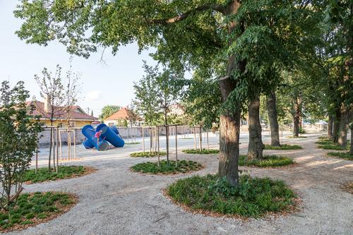Nový park ve slovenském Leopoldově znovu uvádí na scénu typ městského prostoru oblíbeného především vobdobí fin de siècle, vsoučasnosti téměř zapomenutého; jedná se opark svolně prostupným parterem pod stromovým patrem.