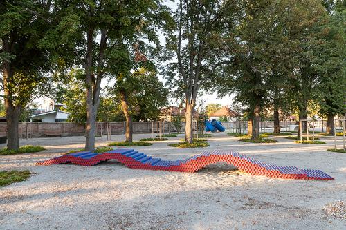 Návrh arealizace hracích prvků adalších objektů vparku je výsledkem spolupráce umělce aarchitekta.