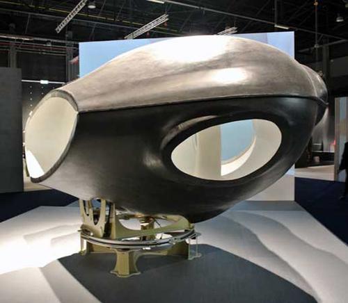 Prototyp Room-Vehicle House na výstavě vměřítku 1:5; jde orotující místnost, která obsahuje veškeré minimální vybavení domu; zdroj: Greg Lynn FORM.