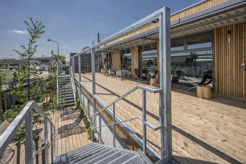 Dvoupodlažní vestavba sprovozním ahygienickým zázemím jedoplněna pobytovou terasou pro zaměstnance.