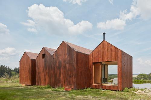 Atelier 111 architekti: chata u rybníka; foto: BoysPlayNice.