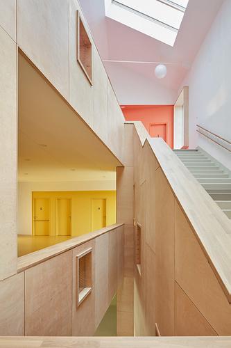 Interiér je řešen jako volně plynoucí prostor; sjednocujícím prvkem jedřevěné obložení, identifikaci pomáhá barevnost klastrů.