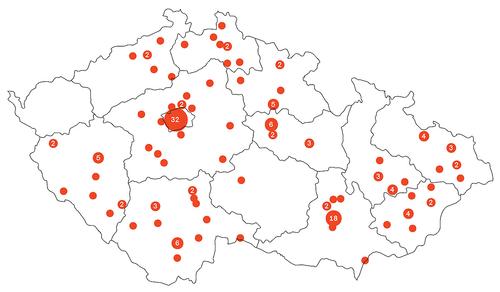 1: Mapa realizovaných staveb vČeské republice na základě architektonické soutěže sčleněním na kraje; bod vmapě reprezentuje jednu stavbu, případně jejich konkrétní vyšší počet; zdroj dat: Tomáš Zdvihal, CBA).