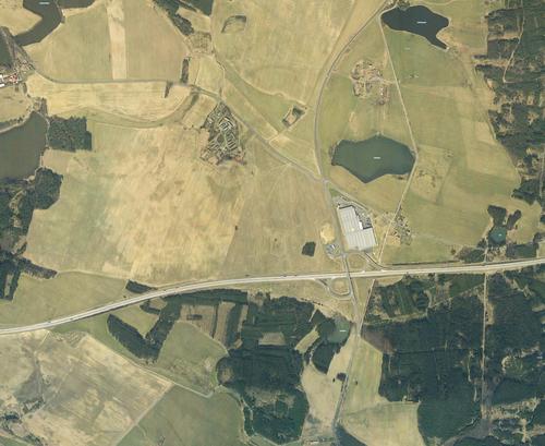 Ortofoto zroku 2005 sprvní postavenou halou oploše 17000m2, částečně určenou kvýrobě, částečně ke skladování; zdroj: Geoportál ČZÚK.