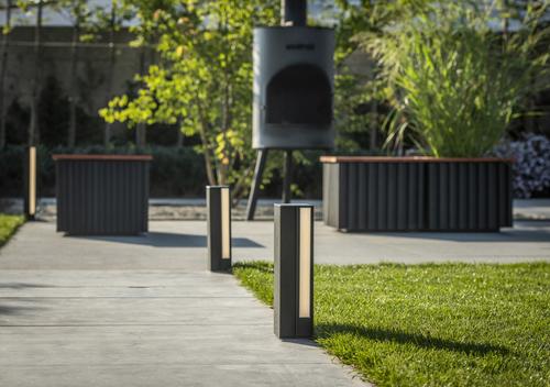 Zahradní prvky Linarte: osvětlení (Linarte Outdoor Light) a lavičky (Linarte Modulo).