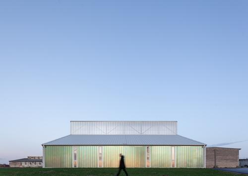 Světlík aboční prosklené fasády jsou navrženy vsystému profilového průsvitného materiálu.