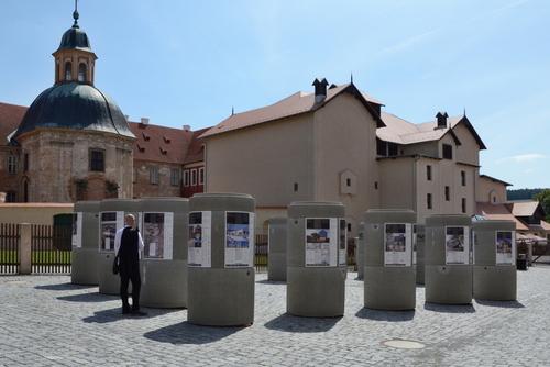Výstava nominovaných děl České ceny za architekturu 2020  před budovou NTM v Plasích; zdroj: RAKO.