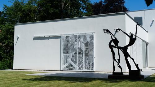 Přilehlý parter galerie je pojednán jako otevřená výstavní plocha, rozšiřuje tak navazující veřejný uliční prostor.