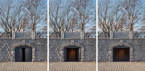 Ocelové dveře do kobek na Hořejším nábřeží při otevření propojují kobku snáplavkou vcelém průřezu; nové zásahy společně usilují osymbiotické splynutí spůvodní architekturou nábřežní zdi.