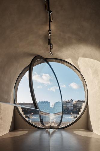 Kobky na Rašínově nábřeží propojují sřekou velkoformátová eliptická okna; ostění doplňují kamenné stupně skrývající výdechy vzduchotechniky amontážní prvky protipovodňového opatření.