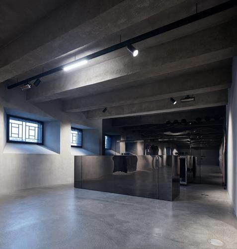 Interiéry jsou dotaženy do detailně propracovaného základu včetně provozně-technického zázemí abarových korpusů přemístitelných do několika pozic; nájemcům přitom zůstává dostatečná volnost pro vlastní interiérové prvky.