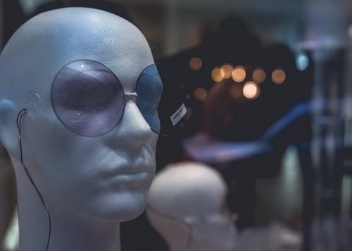 První cenu odborné poroty vsoutěži Výloha roku2019 získala kinetická světelná instalace výlohy prooptiku Richter od brněnského studia NAHAKU;  foto: David Korsa.