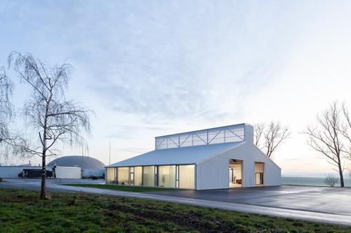 Finalista ČCA 2020; Jiří Weinzettl, Veronika Indrová / Atelier 111 architekti: dílny pro zemědělskou techniku v Opatově, 2019; foto:Alexandra Timpau.