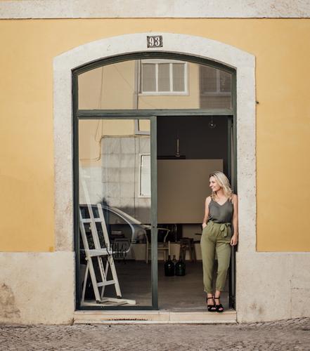 Lenka Holcnerová před svým ateliérem; foto: Agata Mendes.