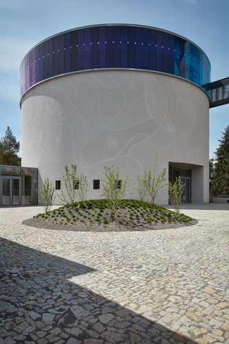 Prostranství před kostelem je doplněno osymbolický háj vpravidelném geometrickém rastru, který slouží kdotvoření intimní atmosféry azpodobňuje zahradu na Olivetské hoře.