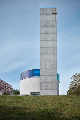 Věž ukotvuje celý areál; její půdorys rovnostranného trojúhelníku způsobuje, že vypadá zkaždé strany jinak.